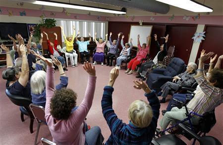 Yoga della Risata con gli anziani: benefici ed esperienza del progetto di Montecosaro