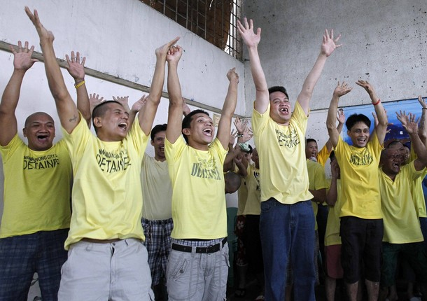 """Prison inmates take part in """"Laughter Yoga"""" inside the Mandaluyong city jail in Mandaluyong city, Metro Manila July 12, 2010. Laughter exercises have been introduced to prisoners in Mandaluyong as an addition to their rehabilitation programme, a prison warden said. REUTERS/Erik de Castro (PHILIPPINES - Tags: SOCIETY ODDLY CRIME LAW)"""