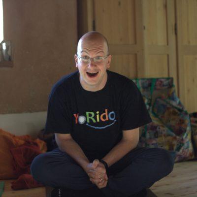 Yoga della Risata e la storia di cambiamento di Andrea Magnabosco