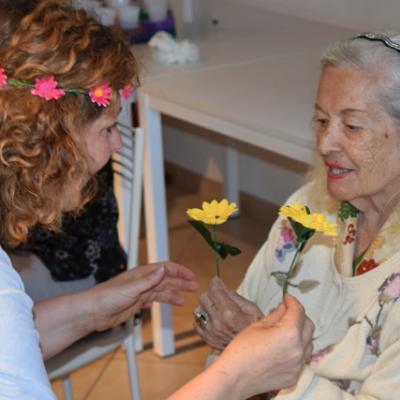 Yoga della Risata e Alzheimer, l'esperienza piena di con-tatto di Francesca Pieri